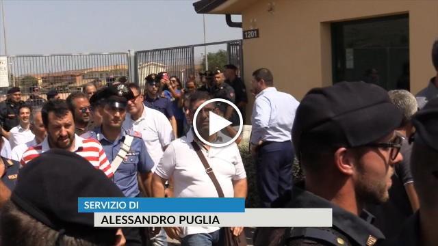 Immigrati centro accoglienza bloccano strade e lanciano sass